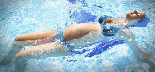 Nuotare in gravidanza contribuisce a bruciare calorie e favorisce il rilassamento del corpo