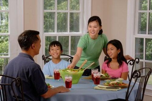 Famiglia riunita attorno alla tavola per il pasto