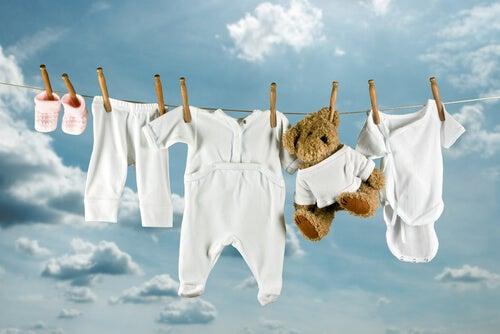 Nel lavare i vestiti del bebè, è consigliabile raggrupparli in base alle loro caratteristiche