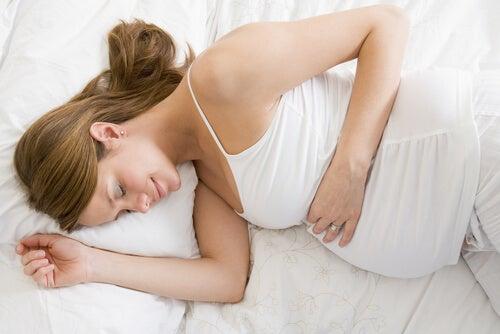 5 posizioni per dormire durante la gravidanza