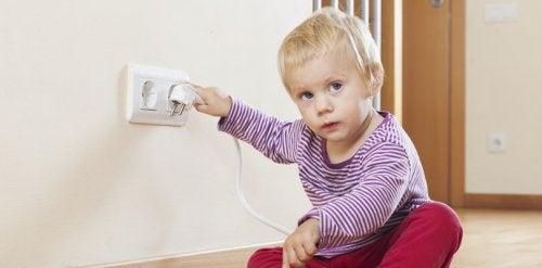 Per salvaguardare la salute del bambino, le prese elettriche vano coperte con delle protezioni di sicurezza