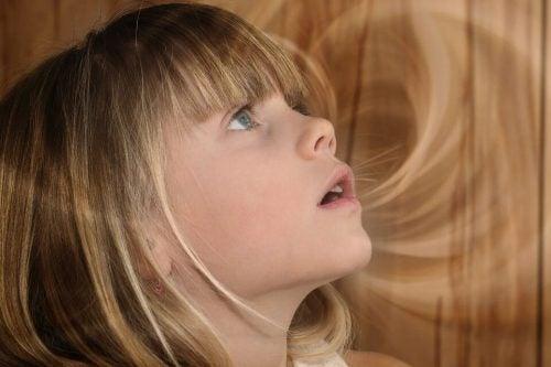 Bambina emana un'aura luminosa mentre parla