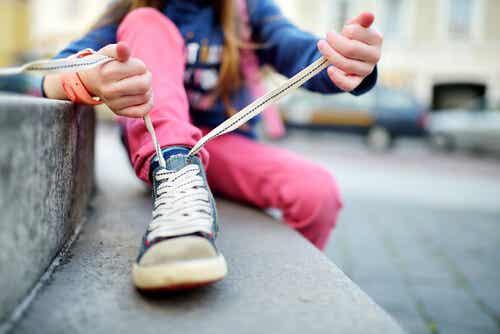 Allacciarsi le scarpe: come insegnarlo ai bambini
