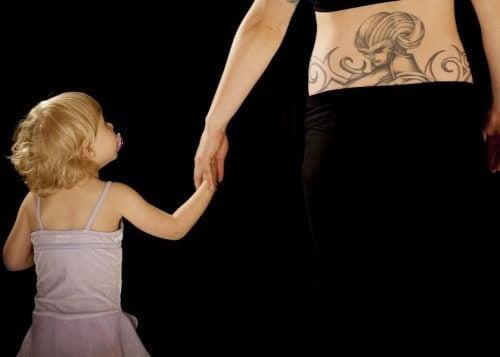 Un tatuaggio con il nome di vostro figlio