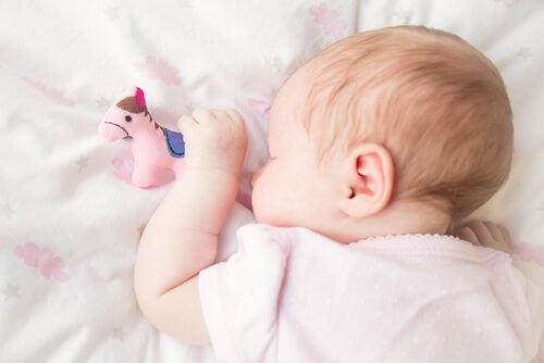Dormire a faccia in giù potrebbe aumentare il rischio di soffocamento nei bebè