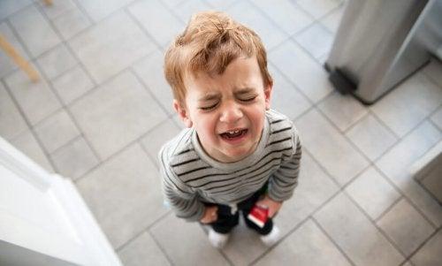 Bambino piange