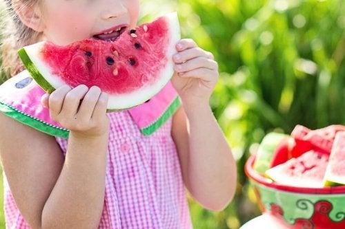 Il consumo di frutta fresca è importante per evitare carenze di sostanze fondamentali per il nostro organismo
