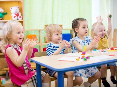 Negli asili, i bambini imparano a lavorare in gruppo e condividere con gli altri