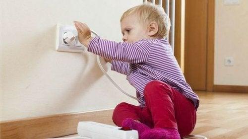 Uno dei pericoli che corre il bambino a casa sono le prese della corrente