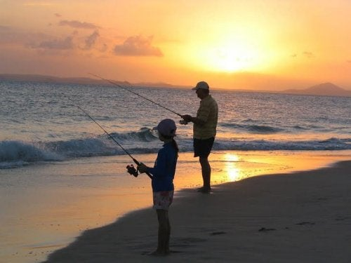 Padre e figlio pescano insieme