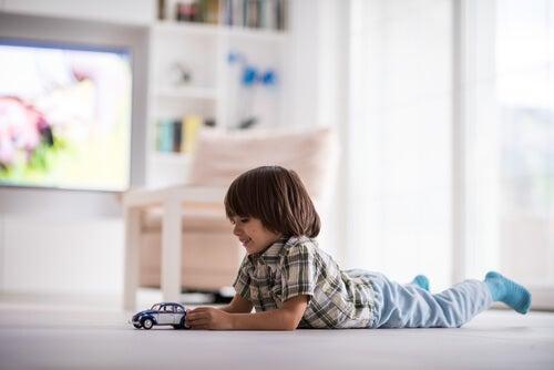 Bambini a casa da soli: l'età giusta per farlo
