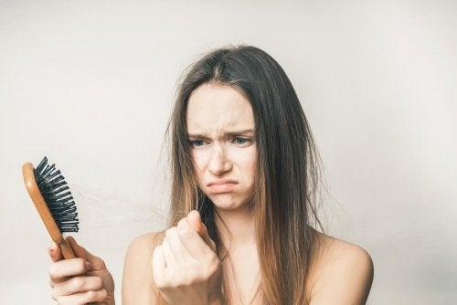 La caduta dei capelli dopo il parto è un fenomeno piuttosto frequente che colpisce molte donne