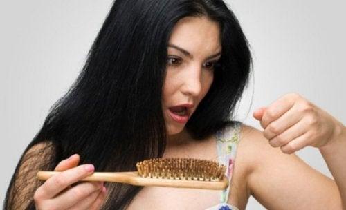 Per evitare la caduta dei capelli dopo il parto, bisogna trattarli con dolcezza