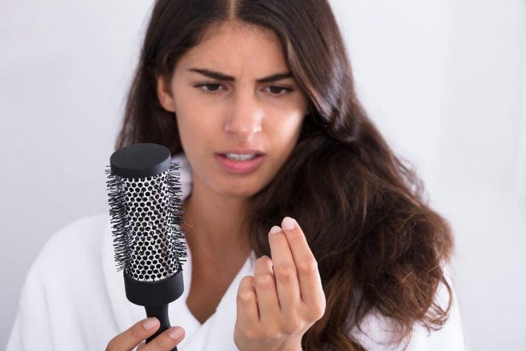 Che cosa fare contro la caduta dei capelli dopo il parto?