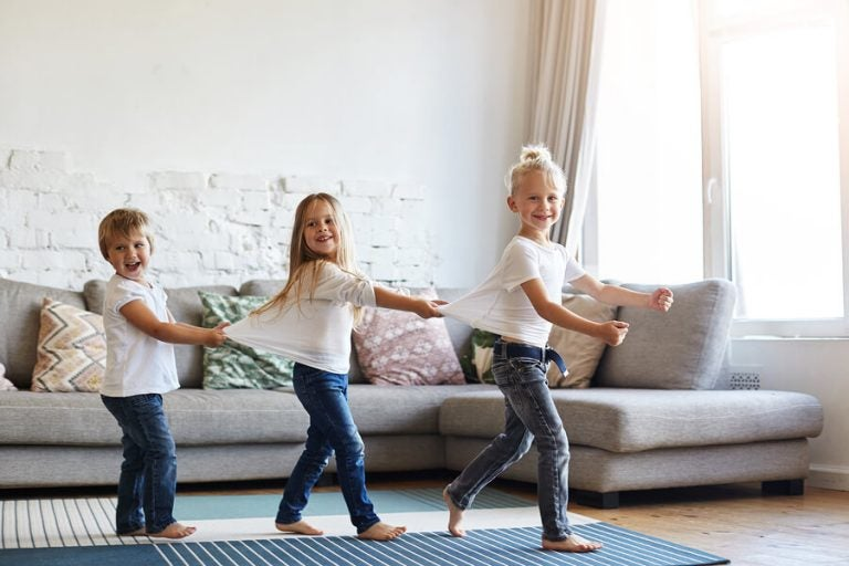 Il bambino vuole camminare a piedi nudi per la casa: che fare?