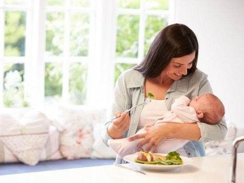 La nuova mamma deve fare particolare attenzione a come si nutre, perché il bebè assorbe i nutrienti attraverso di lei