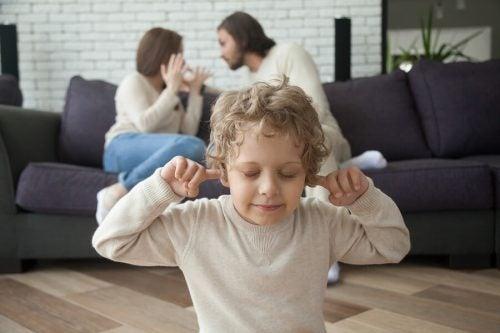 Il divorzio dei genitori ha lo stesso effetto nell'infanzia e nell'adolescenza?