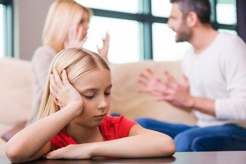 Genitori litigano davanti alla figlia