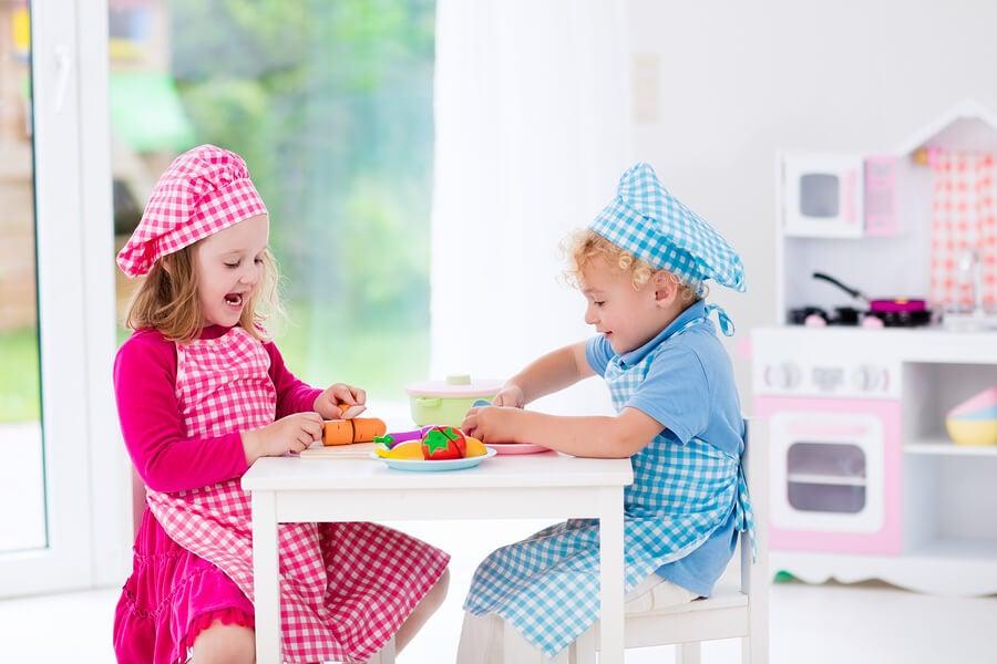 Servire il pranzo è uno dei passatempi più divertenti ed educativi per i bambini di 2 anni