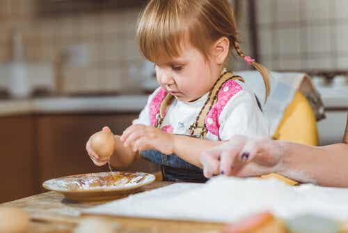 Devo permettere a mio figlio di giocare con il cibo?