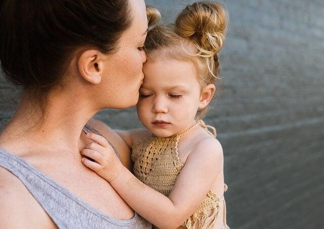 Mamma e figlia bacio sulla fronte