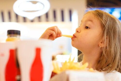 È un errore credere che i bambini sottopeso possano mangiare cibi poco sani in grande quantità