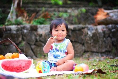 Il consumo di frutta fin da un'età precoce porta notevoli vantaggi ai bambini