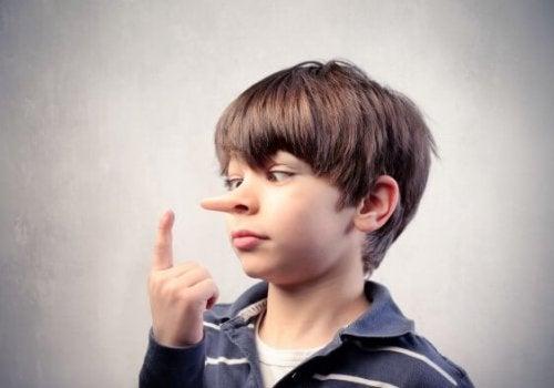 Bambino con il naso lungo per aver detto delle bugie