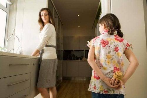 Bambina nasconde i biscotti alla mamma