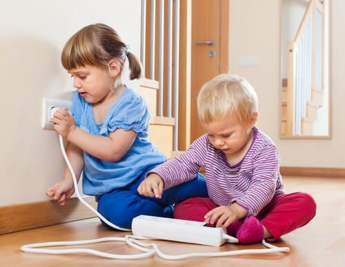 allontanare i bambini dalle prese elettriche
