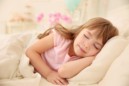 Bambina dorme tranquilla