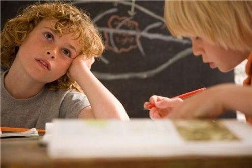 Sono molte le distrazioni che possono danneggiare la capacità di attenzione dei più piccoli