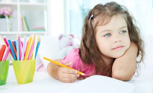 Bambina si distrae mentre fa i compiti