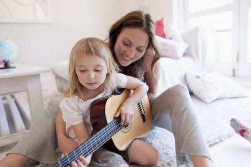 La musica stimola la creatività dei bambini e contribuisce allo sviluppo dei loro talenti innati