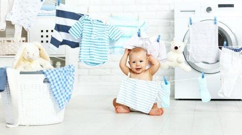 Lavare le tutine del bebè: alcuni consigli utili