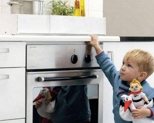 Un bambino davanti a un forno