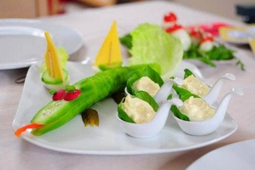 Un piatto di verdure creativo