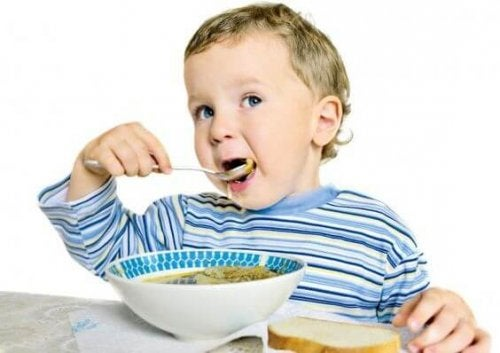 Bambino mangia la zuppa
