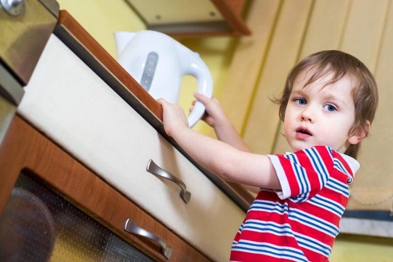 Che cosa fare se mio figlio si è scottato con l'acqua bollente
