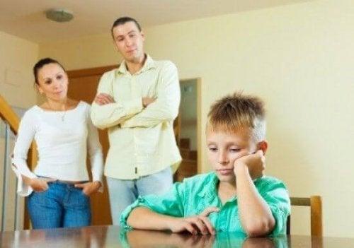 Parlare con il vostro figlio adolescente è difficile, perché non è più un bambino, ma non è ancora un adulto