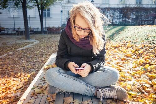 Adolescente con il cellulare