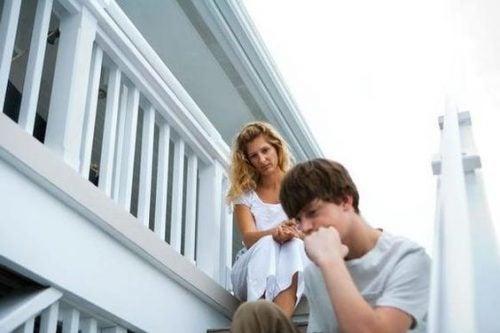 Parlare con un figlio adolescente: 5 cose da evitare