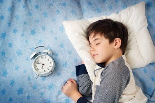 Lasciare un certo margine di tempo può essere utile per aiutare vostro figlio a fare meno fatica ad alzarsi presto