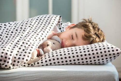 Alzarsi presto non è facile per gli adulti e tanto meno per i bambini