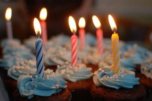 Cupcakes con sopra delle candeline