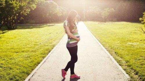 Camminare è uno dei migliori rimedi naturali per anticipare il parto