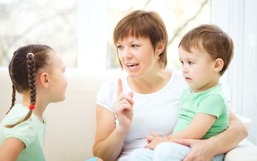 Mamma parla con i suoi figli