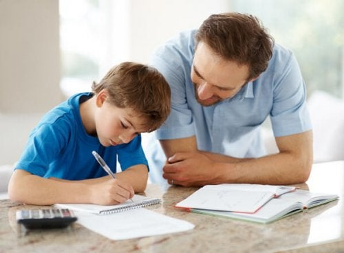 Padre aiuta il figlio con i compiti