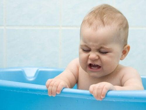 Neonato fa il bagnetto nella vasca