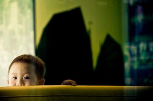 Bambino introverso si nasconde